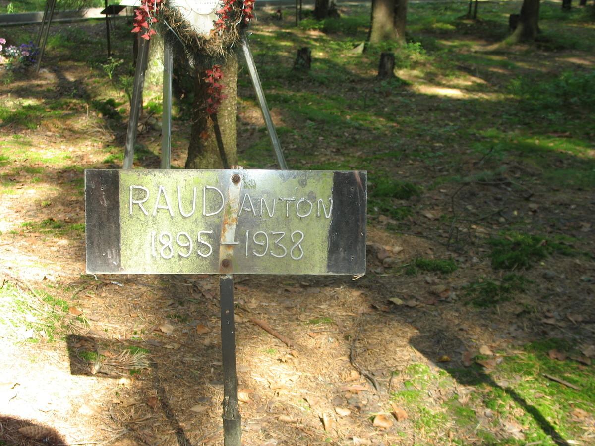 Памятная табличка А. Г. Рауду. Фото 23.08.2007