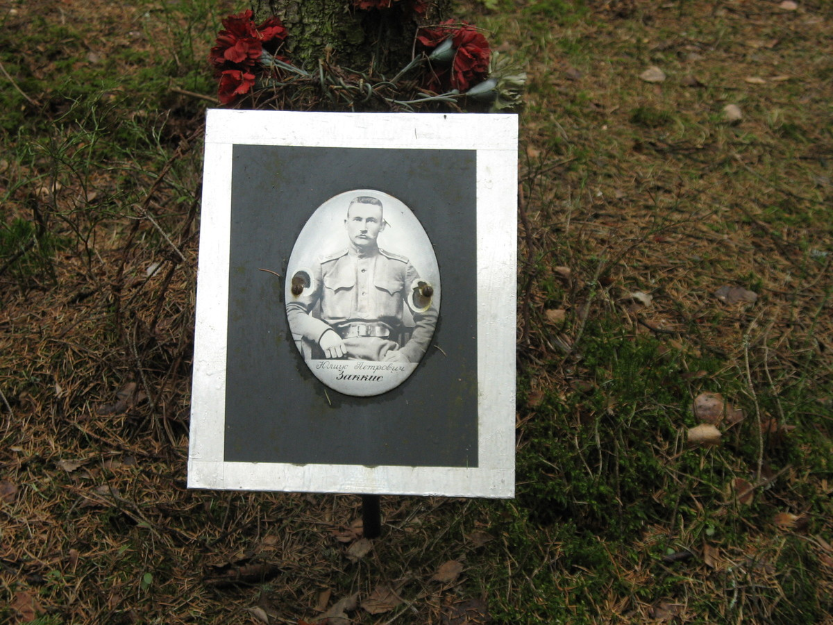 Памятная табличка Ю. П. Заккису. Фото 25.08.2007
