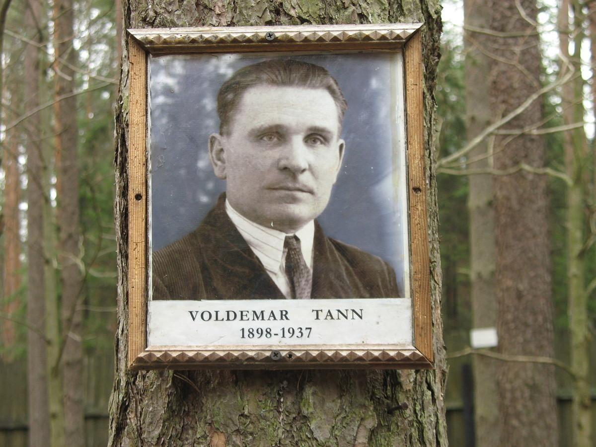 Памятная табличка В. Р. Танню. Фото 22.04.2007
