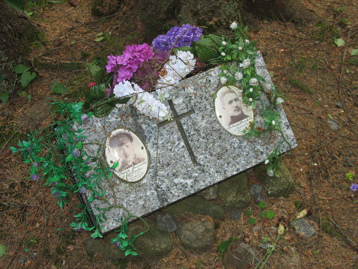 Символическое надгробие Г. Ф. и В. Ф. Райкевичей. Фото 16.06.2007