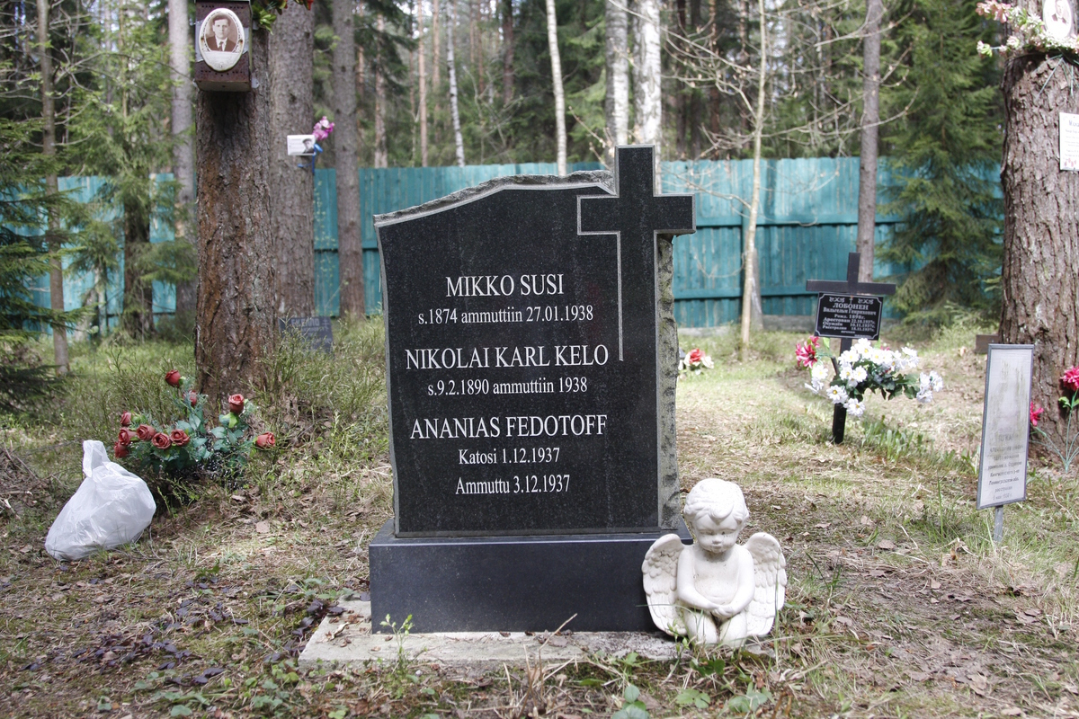 Символическое надгробие М. А. Сузи, Н. Н. Келло, А. И. Федотова-Короткова. Фото 18.05.2017