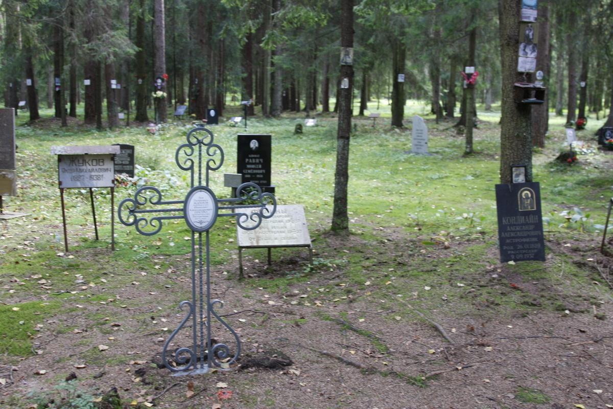 Памятный крест Л. П. Жданову и И. А. Претро. Фото 18.05.2017